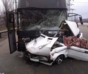 Автобус со студентами из лагеря «Селигер» попал в аварию, есть жертвы