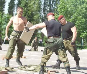 Воронежские ОМОНовцы устроили показательные выступления в детском лагере