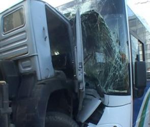В Курской области КАМАЗ столкнулся с автобусом