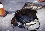 Авария в Воронеже: иномарка застряла в яме