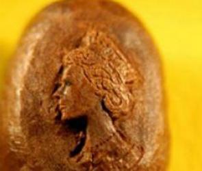 На кофейном зерне скульптор высек портрет британской королевы