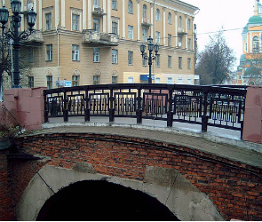 «Газель» врезалась в арку у Каменного моста