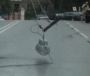 На улице Театральная оборвались провода уличного освещения ФОТО
