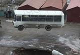 Автобус ПАЗ упал в яму,  образовавшуюся из-за прорыва трубы