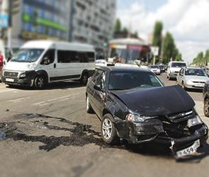 На Ленинском проспекте столкнулись маршрутка с пассажирами и «Дэу Нексия»