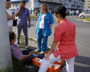 Автоледи на иномарке столкнулась с мотоциклистом на Ленинском проспекте(ФОТО)