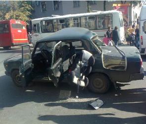 В центре Воронежа мотоциклист врезался в машину, два человека ранены