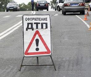 Под Воронежем иномарка на скорости врезалась в дерево: двое погибли, один ранен