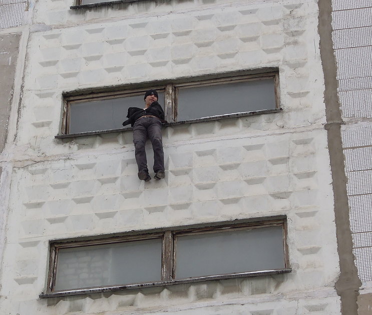 В Коминтерновском районе воронежец пытался сброситься с 7 этажа ВИДЕО