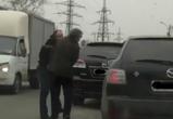 На улице Матросова водители двух кроссоверов Mazda устроили потасовку (ВИДЕО)