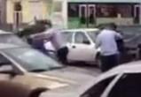 Полицейский, избивший двоих мужчин за «украденное» колесо, попал под статью