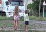 «Белый конвой» на Донбассе теперь встречают дети (ФОТО, ВИДЕО)