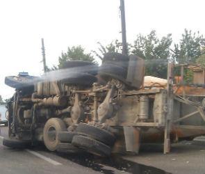 На перекрестке Донской и  Беговой перевернулся КАМАЗ - есть пострадавшие (ФОТО)