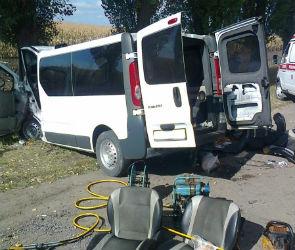 Один человек погиб, четверо ранены в ДТП с участием микроавтобуса (ФОТО)