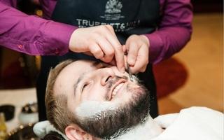 Рука не дрогнет: бритье опасной бритвой в салоне «Маэстро»