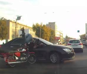 Столкновение мотоциклиста и иномарки в Воронеже попало на видео