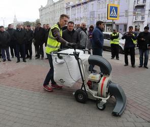 Улицы Воронежа будут убирать бензиновыми мини-пылесосами (ФОТО)