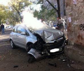 В Воронеже автоледи на легковушке, уходя от погони, протаранила дом (ФОТО)