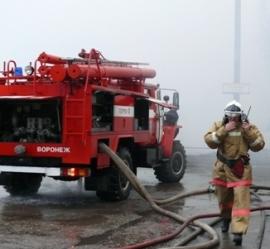 В Воронеже 36 пожарных выехали на вызов из-за загоревшегося в офисе холодильника