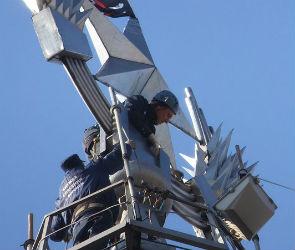 В Воронеже спасатели-альпинисты сняли пиратский флаг со шпиля сталинской высотки