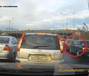 В Воронеже автомобилист засмотрелся на аварию и сам попал в ДТП (ВИДЕО)