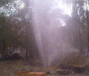 В Воронеже из-под земли забил 5-метровый фонтан (ВИДЕО)