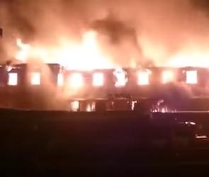 На трассе М-4 «Дон» загорелась двухэтажная гостиница (ВИДЕО)