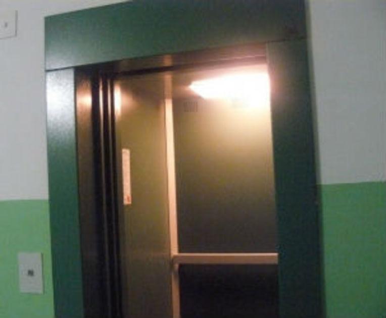 В 30 воронежских многоэтажках работают опасные лифты