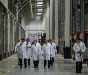 Алексей Гордеев оценил работу кондитерской фабрики в Рамонском районе