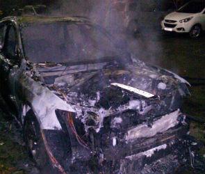 В Воронеже на улице Ломоносова сгорел кроссовер Audi Q5