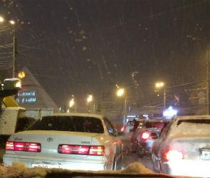 Движение на Курской трассе парализовано из-за снега и ДТП