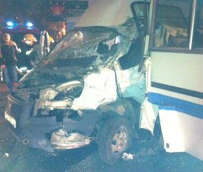 Пять человек пострадали в столкновении маршрутки и автобуса в Воронеже (ФОТО)