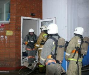 Из-за пожара в мусоропроводе спасатели эвакуировали жильцов многоэтажки
