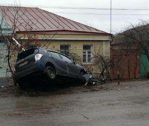 «Порше Кайен» и «Тойота» едва не влетели в дом: оба водителя в больнице (ФОТО)