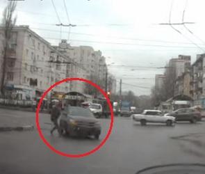 На Ленинском проспекте пешеход бросился на поворачивавший автомобиль (ВИДЕО)