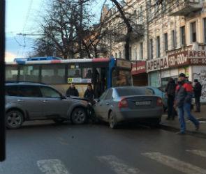 На проспекте Революции автобус №90 попал в ДТП и перекрыл движение (ФОТО)