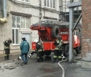 Десять пожарных расчетов тушили пожар на фармзаводе в Воронеже (ФОТО)
