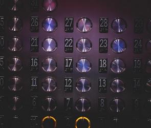 Застрявшая в лифте женщина переполошила все экстренные службы Воронежа