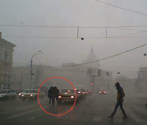 В Воронеже ураган швырял прохожих на машины (ВИДЕО)