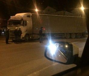 Перекресток Машиностроителей и 9 Января встал в пробке из-за ДТП с фурой (ФОТО)