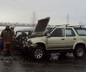 В столкновении двух внедорожников под Воронежем пострадали три человека (ФОТО)