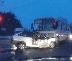 В Воронеже 120-й автобус врезался в ВАЗ: есть пострадавшие