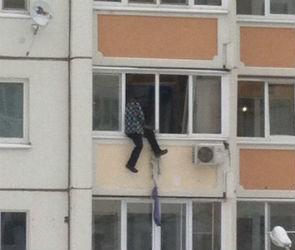 Неадекватный воронежец пытается спуститься с 4 этажа при помощи веревки (ФОТО)