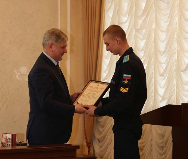 В мэрии наградили курсанта, спасшего детей на пожаре на улице Космонавтов