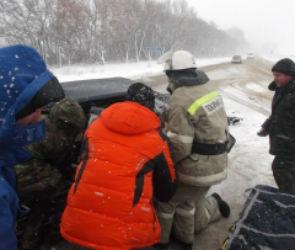 На Воронежской трассе «Опель» влетел под КАМАЗ: есть пострадавшие