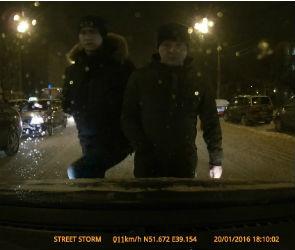 В Воронеже пешеход в ярости прыгал по машине, остановившейся на «зебре» (ВИДЕО)