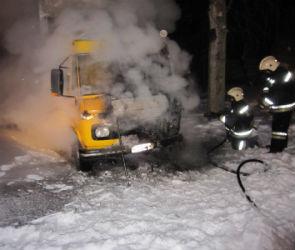 В Коминтерновском районе Воронежа рано утром сгорела фура (ФОТО)