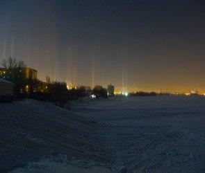 В вечернем небе над Воронежем «вырос» световой лес (ФОТО)