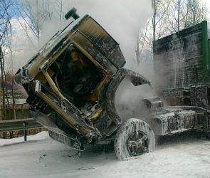 В Воронеже на улице Урывского загорелся грузовой автомобиль