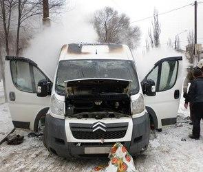 В Воронеже на Ленинском проспекте сгорел микроавтобус «Ситроен» (ФОТО)